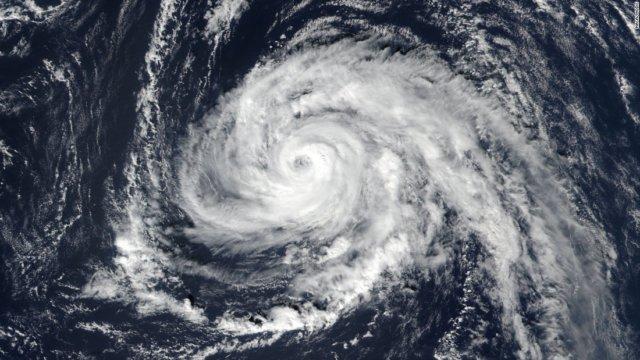 171014153621-hurricane-ophelia-101317-super-169